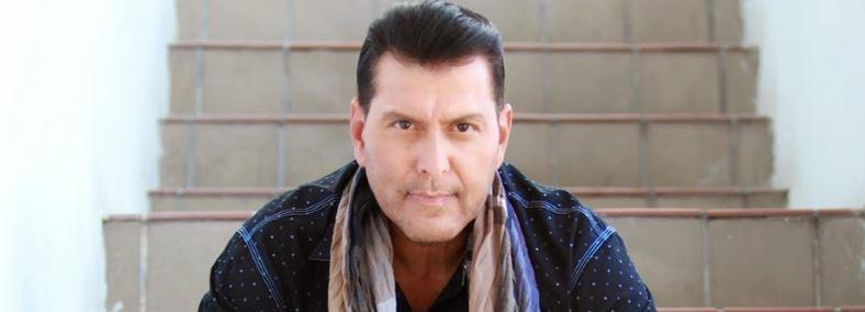 Salsa music singer Domingo Quiñonez looking at camera.
